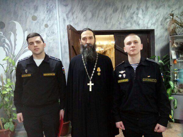 Отец Сергий вместе с участниками фестиваля